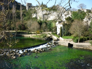 Fontaine de Vaucluse Sorgue River Chateau above Musee de Petrarque on right.